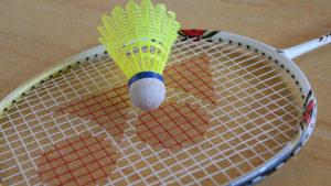 Dobra zabawa podczas rodzinnego turnieju badmintona