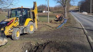 Prace przy budowie sieci wodociągowej na półmetku